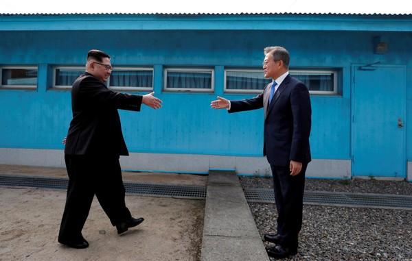Lãnh đạo Triều Tiên Kim Jong-un (trái) và Tổng thống Hàn Quốc Moon Jae-in gặp nhau ở khu phi quân sự ngày 27-4. Ảnh: NATIONAL INTEREST