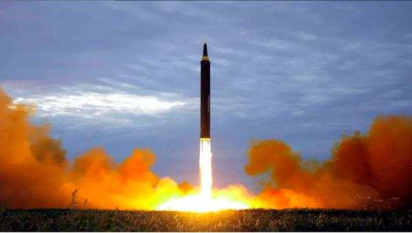Tên lửa đạn đạo tầm trung Hwasong-12 trong một lần thử  ở Bình Nhưỡng (Triều Tiên). Ảnh: AP