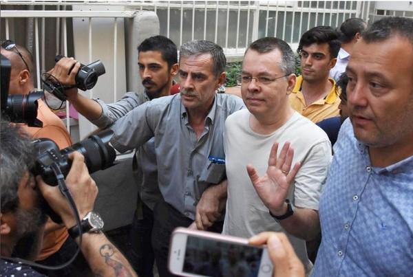 Mục sư người Mỹ Andrew Brunson (giữa, đeo kính), tâm điểm cuộc chiến thương mại hiện tại giữa Mỹ và Thổ Nhĩ Kỳ. Ảnh: AFP