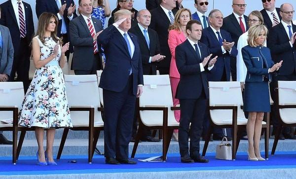 Vợ chồng Tổng thống Mỹ Donald Trump (trái) được vợ chồng Tổng thống Pháp Emmanuel Macron (phải) mời sang Pháp tham dự lễ diễu binh mừng quốc khánh Pháp 4-7-2017. Ảnh: BLOOMBERG