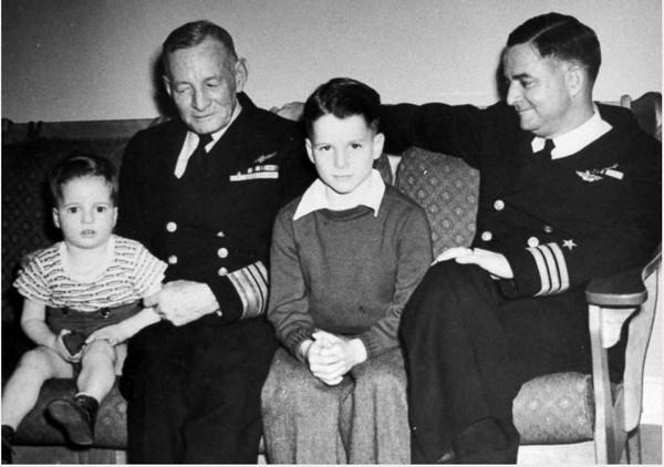 Cậu bé John S. McCain (giữa) với ông nội là Phó Đô đốc John S. McCain Sr.(trái) và bố là Tư lệnh John S. McCain Jr. trong bức ảnh gia đình chụp thập niên 1940. Ảnh: GETTY IMAGES