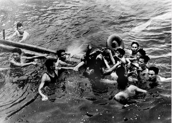 Phi công John McCain được cứu lên sau khi nhảy dù xuống nước, sau khi máy bay chở ông bị trúng tên lửa ở Hà Nội năm 1967. Ảnh: GETTY IMAGES