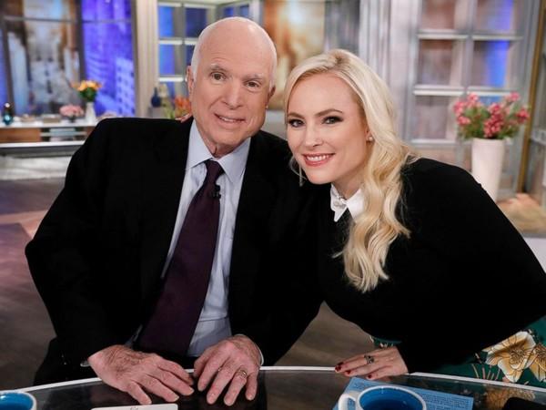 Thượng nghị sĩ John McCain chụp hình với con gái Meghan ngày 23-10-2017, sau khi đã biết mình bị ung thư não. Ảnh: REUTERS