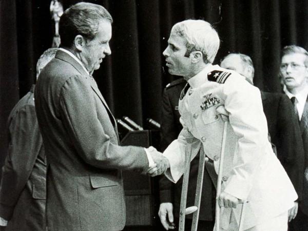 Cựu binh John McCain (chống gậy) gặp Tổng thống Mỹ Richard Nixon ngày 25-5-1973, hơn 2 tháng sau khi từ Việt Nam về Mỹ. Ảnh: GETTY IMAGES