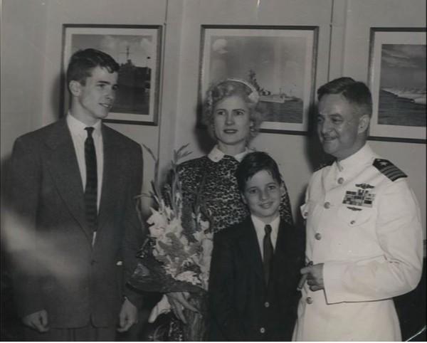Chàng thiếu niên 16 tuổi John McCain (trái) cùng mẹ, em trai và bố năm 1951. Ảnh: AP