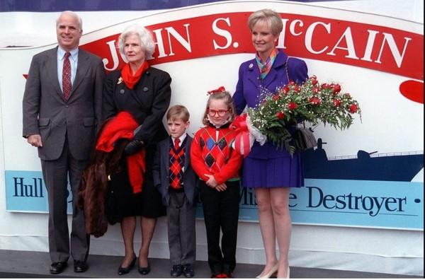 Thượng nghị sĩ John McCain và gia đình chụp hình trên tàu khu trục tên lửa được đặt theo tên ông USS John S. McCain ngày 26-9-1992. Ảnh: AP
