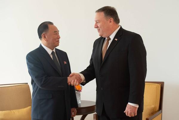 Ông Kim Yong-chol- Phó Chủ tịch Ủy ban Trung ương đảng Lao động Triều Tiên (trái) bắt tay với Ngoại trưởng Mỹ Mike Pompeo tại thành phố New York (Mỹ) ngày 31-5. Ảnh: AFP