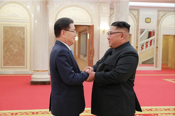 Lãnh đạo Triều Tiên Kim Jong-un (phải) tiếp Giám đốc Văn phòng An ninh Quốc gia Hàn Quốc Chung Eui-yong tại Bình Nhưỡng ngày 5-9. Ảnh: REUTERS