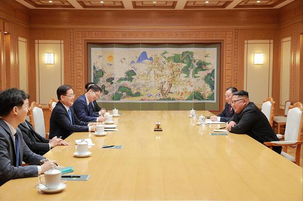 Lãnh đạo Triều Tiên Kim Jong-un (giữa, phải) tiếp phái đoàn Hàn Quốc (trái) tại Bình Nhưỡng ngày 5-9. Ảnh: REUTERS