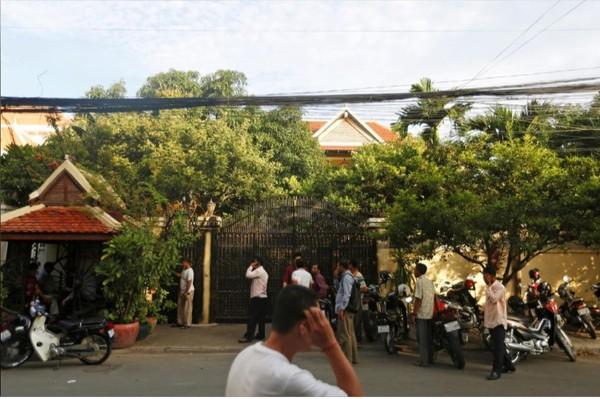 Người ủng hộ ông Kem Sokha - lãnh đạo đảng đối lập Cứu quốc ở Campuchia – tập trung trước cửa nhà ông ở Phnom Penh (Campuchia) khi nghe tin ông được thả ngày 10-9-2018. Ảnh: REUTERS