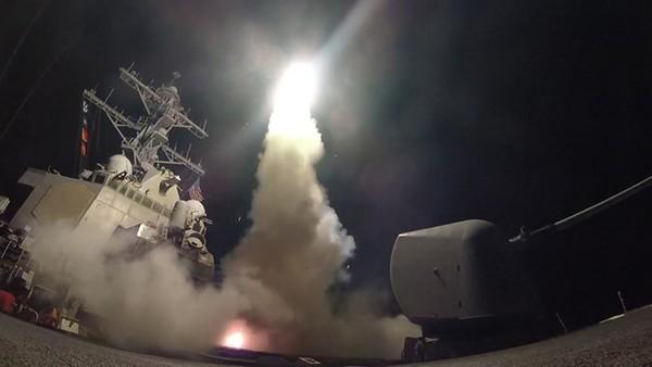 Mỹ nã tên lửa hành trình Tomahawk vào Syria ngày 7-4-2017. Ảnh: REUTERS