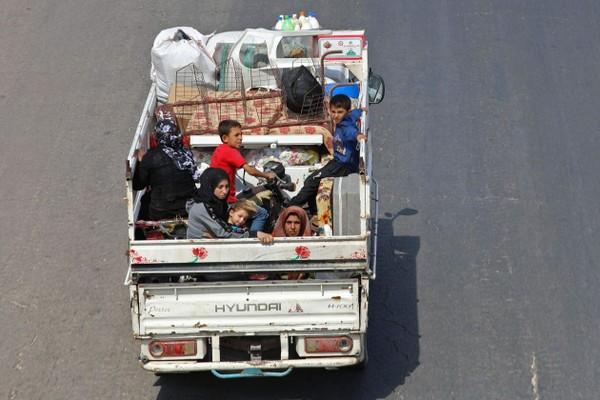 gười dân tỉnh Idlib (Syria) sơ tán về biên giới với Thổ Nhĩ Kỳ ngày 10-9. Thổ Nhĩ Kỳ nói sẽ không cho phép người dân Syria chạy nạn vào nước mình. Ảnh: AFP