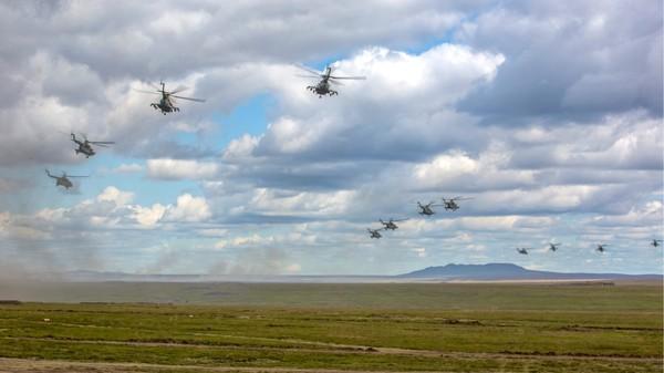 Trực thăng quân sự Nga trong cuộc tập trận Vostok 2018, trên một cánh đồng ở TP Chita, đông Siberia (Nga) ngày 11-9. Ảnh: BỘ QUỐC PHÒNG NGA
