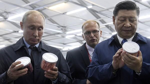 Tổng thống Nga Vladimir Putin và Chủ tịch Trung Quốc Tập Cận Bình cùng làm một loại bánh ngọt của Nga sau cuộc đối thoại tại Diễn đàn Kinh tế Phương Đông ở TP Vladivostok tỉnh Primorsky Krai (Nga) ngày 11-9. Ảnh: REUTERS