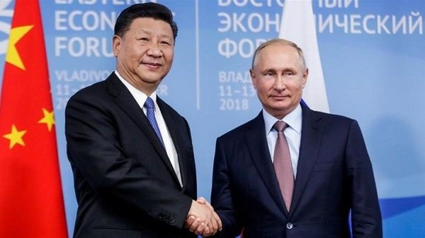 Chủ tịch Trung Quốc Tập Cận Bình (trái) và Tổng thống Nga Vladimir Putin (phải) gặp nhau tại Diễn đàn Kinh tế Phương Đông ở TP Vladivostok tỉnh Primorsky Krai (Nga) ngày 11-9. Ảnh: AP