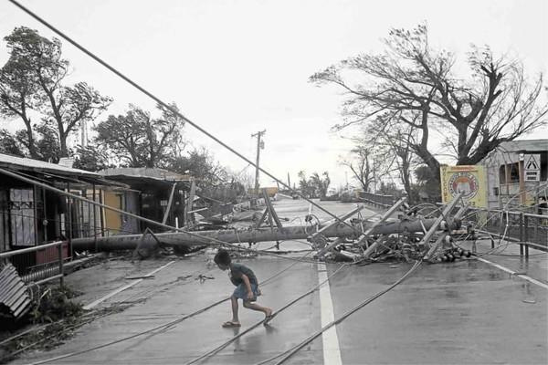 Cột điện ngã vì bão Mangkhut ở thị trấn Alcala, tỉnh Pangasinan. Ảnh: INQUIRER