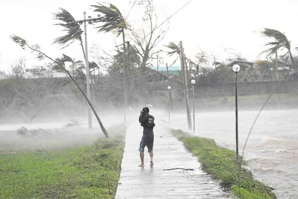 Cảnh báo bão vẫn được duy trì ở Philippines. Ảnh: AP