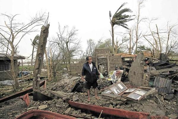 Quang cảnh tan hoang vì bão Mangkhut ở TP Baggao, tỉnh Cagayan (Philippines)