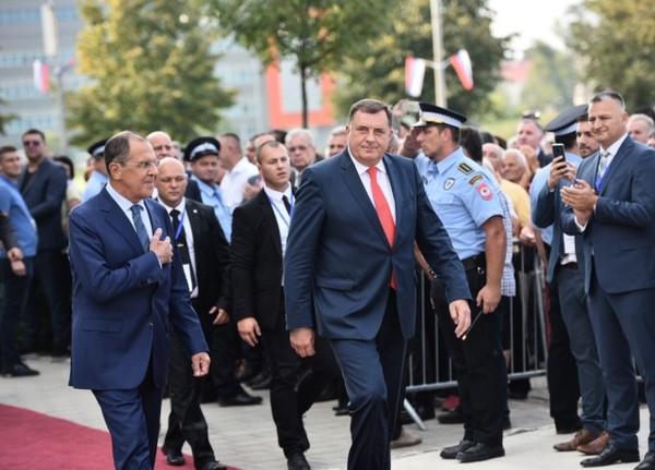 Ngoại trưởng Nga Sergey Lavrov (trái) gặp Tổng thống Cộng hòa Srpska Milorad Dodik tại TP Banja Luka ngày 21-9. Ảnh: ANADOLU