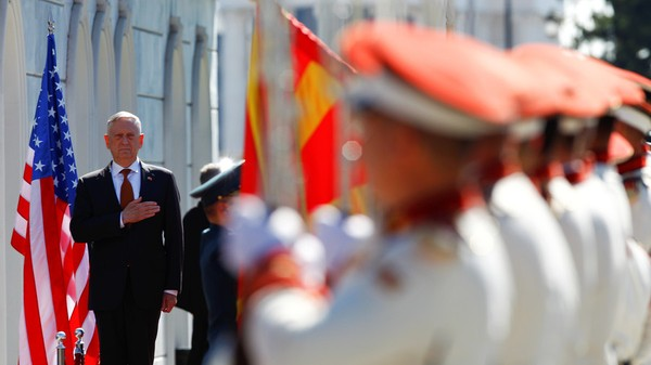 Bộ trưởng Quốc phòng Mỹ James Mattis trong chuyến thăm Macedonia ngày 17-9. Ảnh: REUTERS