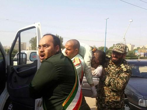 Một thành viên Lực lượng Vệ binh Cách mạng Iran bị thương trong vụ tấn công vào lễ diễu binh đánh dấu 38 năm ngày Iraq tấn công Iran, tại TP Ahvaz (tây nam Iran) ngày 22-9 được đưa đi cấp cứu. Ảnh: ISNA