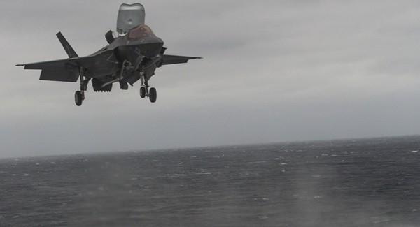 Máy bay chiến đấu F-35B chuẩn bị hạ cánh xuống tàu đổ bộ tấn công USS Wasp. Ảnh: US NAVY
