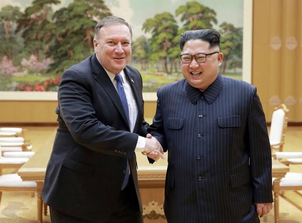 Ngoại trưởng Mỹ Mike Pompeo (trái) bắt tay với lãnh đạo Triều Tiên Kim Jong-un tại thủ đô Bình Nhưỡng (Triều Tiên) ngày 9-5-2018. Ảnh: KCNA