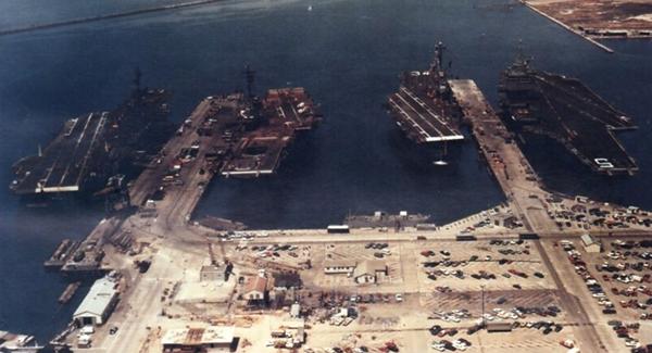 (Từ trái sang phải): Bốn tàu sân bay hải quân Mỹ USS Coral Sea, USS Hancock, USS Oriskany, USS Enterprise đậu tại căn cứ không lực hải quân Alameda, bang California (Mỹ) ngày 4-7-1974. Ảnh: US NAVY