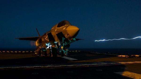 Tiêm kích tàng hình F-35 vừa thực hiện vụ không kích đầu tiên. Ảnh: US MARINE CORPS