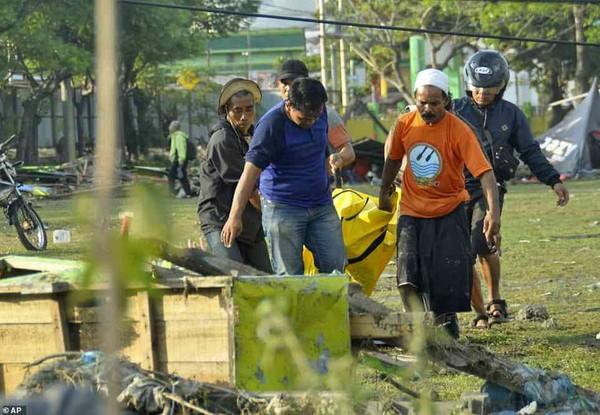 Thi thể được thu thập sau thảm họa tại Palu. Ảnh: AP
