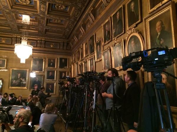 Các nhà báo đưa tin về lễ công bố giải thưởng Nobel Vật lý 2018 chiều nay 2-10. Ảnh: THE LOCAL