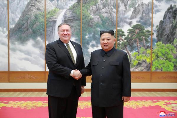 Lãnh đạo Triều Tiên Kim Jong-un (phải) tiếp Ngoại trưởng Mỹ Mike Pompeo (trái) tại Bình Nhưỡng ngày 7-10. Ảnh: KCNA