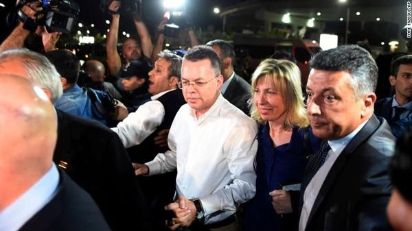 Mục sư người Mỹ Andrew Brunson và vợ là bà Norine Brunson đến sân bay Adnan Menderes bay sang Đức, sau khi được Thổ Nhĩ Kỳ thả tự do ngày 12-10. Ảnh: AP