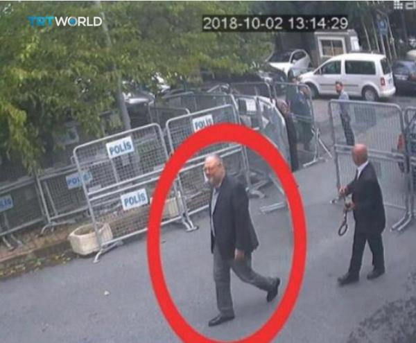 Bức ảnh chụp lại từ thước phim an ninh cho thấy nhà báo Jamal Khashoggi đến lãnh sự quán Saudi Arabia ngày 2-10. Ảnh: REUTERS