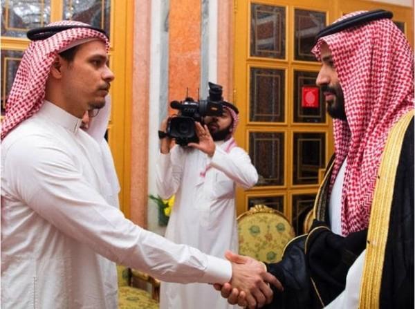 Thái tử Mohammed bin Salman của Saudi (phải) đến nhà chia buồn và bắt tay với ông Salah Khashoggi, con trai nhà báo Khashoggi, tại Riyadh (Saudi Arabia) ngày 23-10. Ảnh: AP