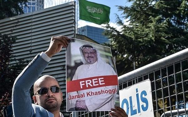 Biểu tình trước lãnh sự quán Saudi Arabia ở Istanbul (Thổ Nhĩ Kỳ) đòi công lý cho nhà báo Khashoggi. Ảnh: AFP
