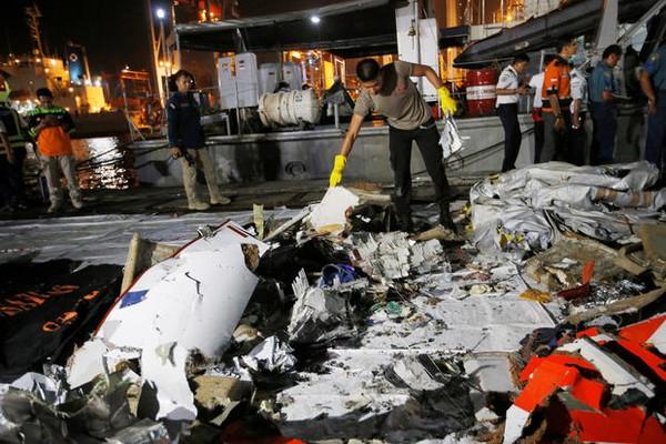 Thành viên đội cứu hộ thu thập mảnh vỡ của chiếc Boeing 737 Max 8, tại cảng Tanjung Priok ở Jakarta (Indonesia) ngày 29-10. Ảnh: REUTERS