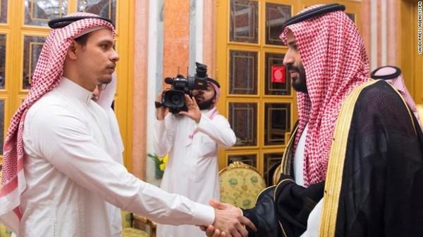 Anh Salah Khashoggi (trái) bắt tay với Thái tử Saudi Arabia Mohammed bin Salman cuối tháng trước. Ảnh: CNN