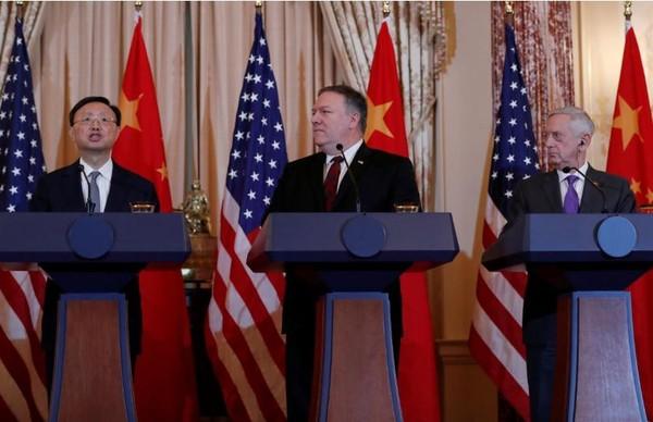 Ngoại trưởng Mỹ Mike Pompeo (giữa) và Bộ trưởng Quốc phòng Mỹ James Mattis (phải) cùng nhìn Ủy viên Quốc vụ viện Trung Quốc Dương Khiết Trì (trái) phát biểu tại cuộc họp báo chung sau cuộc gặp, tại trụ sở Bộ Ngoại giao Mỹ ở Washington (Mỹ) ngày 9-11. Ảnh: REUTERS