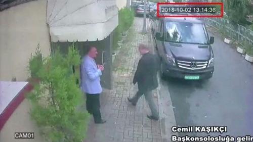 Phía Thổ Nhĩ Kỳ đã dừng tìm kiếm thi thể nhà báo Khashoggi. Trong ảnh là cảnh nhà báo Khashoggi vào lãnh sự quán Saudi Arabia ở Istanbul (Thổ Nhĩ Kỳ) chiều 2-10. Ảnh: REUTERS