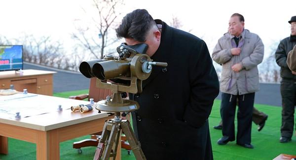Ông Kim Jong-un giám sát một cuộc tập trận tên lửa đạn đạo Hwasong năm 2017. Ảnh: REUTERS