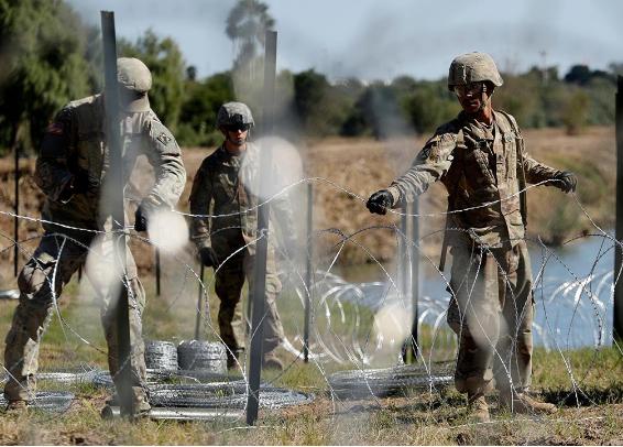 Binh sĩ Mỹ gia cố hàng rào thép gai ngăn biên giới với Mexico. Ảnh: FOX NEWS