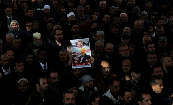 Mọi người tập trung tại lễ tang biểu tượng cho nhà báo Jamal Khashoggi tại đền thờ Fatih ở TP Istanbul, Thổ Nhĩ Kỳ ngày 16-11. Ảnh: REUTERS