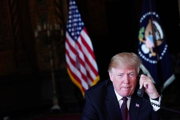 Tổng thống Mỹ Donald Trump điện thoại trao đổi với các sĩ quan quân đội từ khu nghỉ dưỡng Mar-a-Lago của ông ở TP Palm Beach, bang Florida (Mỹ) ngày 22-11. Ảnh: GETTY IMAGES