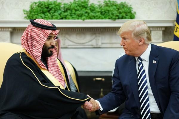 Tổng thống Mỹ Donald Trump (phải) tiếp Thái tử Mohammed bin Salman của Saudi Arabia tại Nhà Trắng đầu năm nay. Ảnh: POLITICO