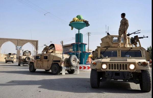 Binh sĩ Afghanistan tuần tra TP Ghazni (Afghanistan) hồi tháng 8. Ảnh: AP
