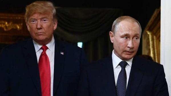 Cuộc gặp giữa Tổng thống Mỹ Donald Trump (trái) và Tổng thống Nga Vladimir Putin có thể không thành vì căng thẳng Nga-Ukraine. Ảnh: THE HILL