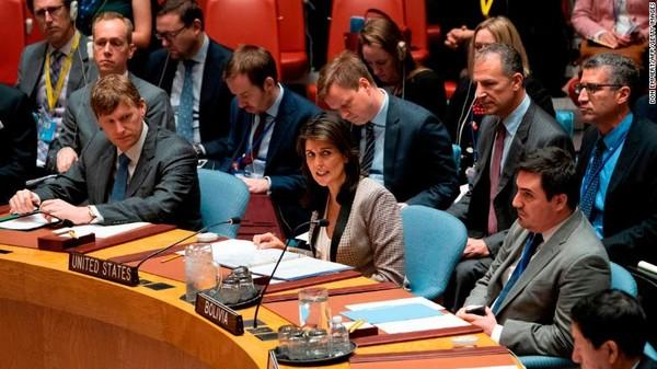 Đại sứ Mỹ tại LHQ Nikki Haley trong cuộc họp khẩn của HĐBA LHQ ngày 26-11 về chuyện Nga bắt giữ ba tàu Ukraine. Ảnh: REUTERS