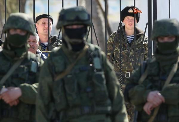Binh sĩ Ukraine tại một căn cứ quân sự Ukraine ở Crimea thời điểm tháng 3-2014, thời điểm Crimea bị Nga sáp nhập. Hàng ngàn binh sĩ Ukraine đã rời khỏi Crimea sau khi lãnh thổ này thuộc về Nga. Ảnh: GETTY IMAGES