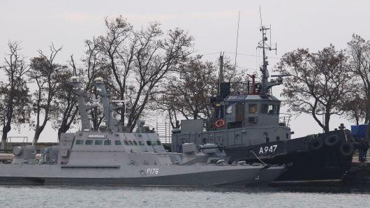 Ba tàu hải quân Ukraine bị Nga đưa về đậu tại cảng Kerch ở Crimea. Ảnh: REUTERS